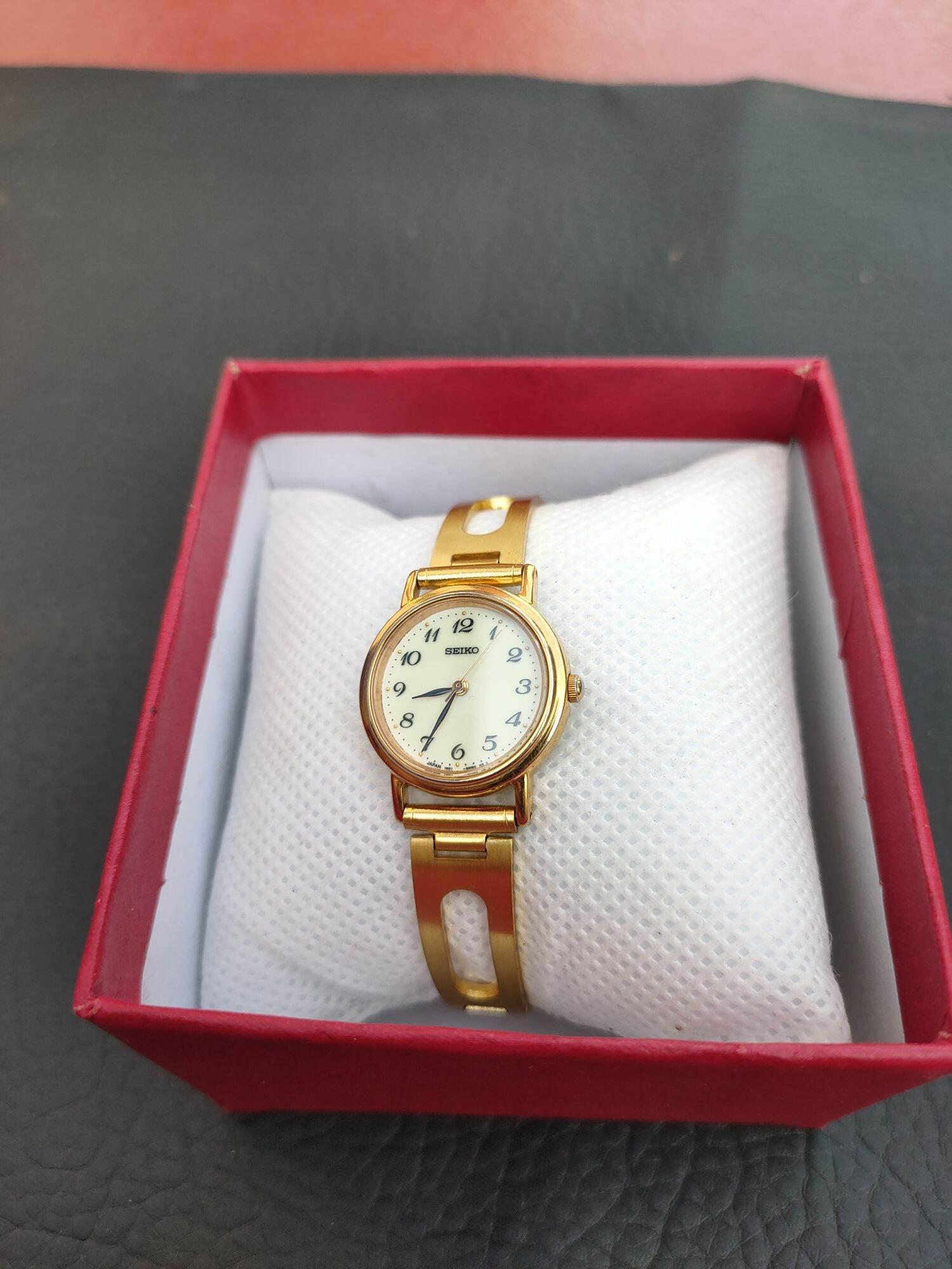 Đồng hồ seiko nữ vàng toàn thân, mặt phản quang cả mặt số, size mặt 23mm, dây vàng, hình thức 98%